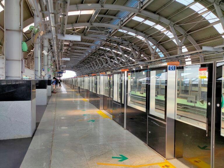 Karunamayee Metro Platforms with screen door